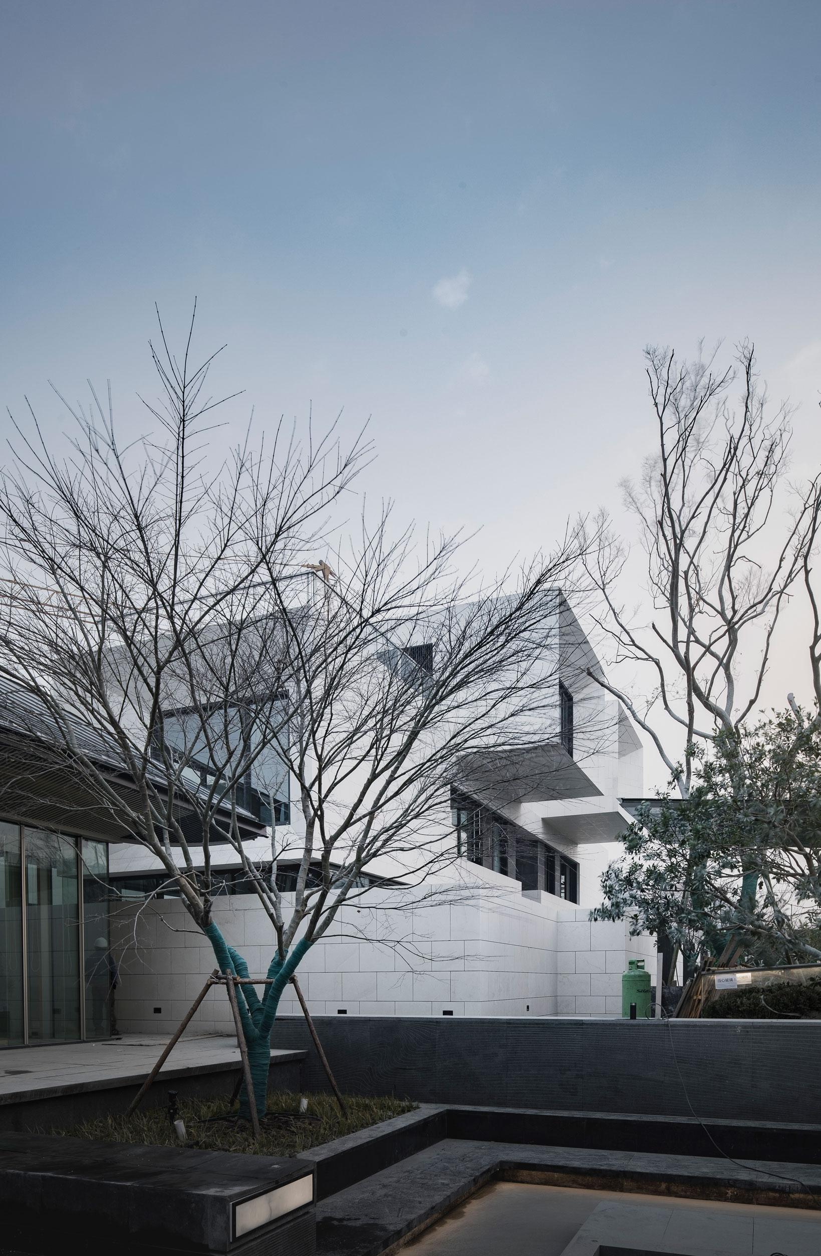 11.在万科大家的建筑图卷中,处处可看到西方的极简技法,那些线条语言、色彩色调与石材立面,与东方的传统建筑形制相融合,形成了万科大家的现代新中式建筑风格。.jpg