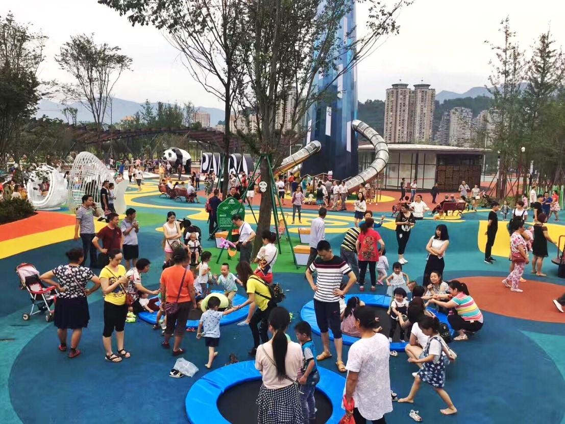 图24 熊猫乐园吸引了大量雅安市民前来游玩.jpg
