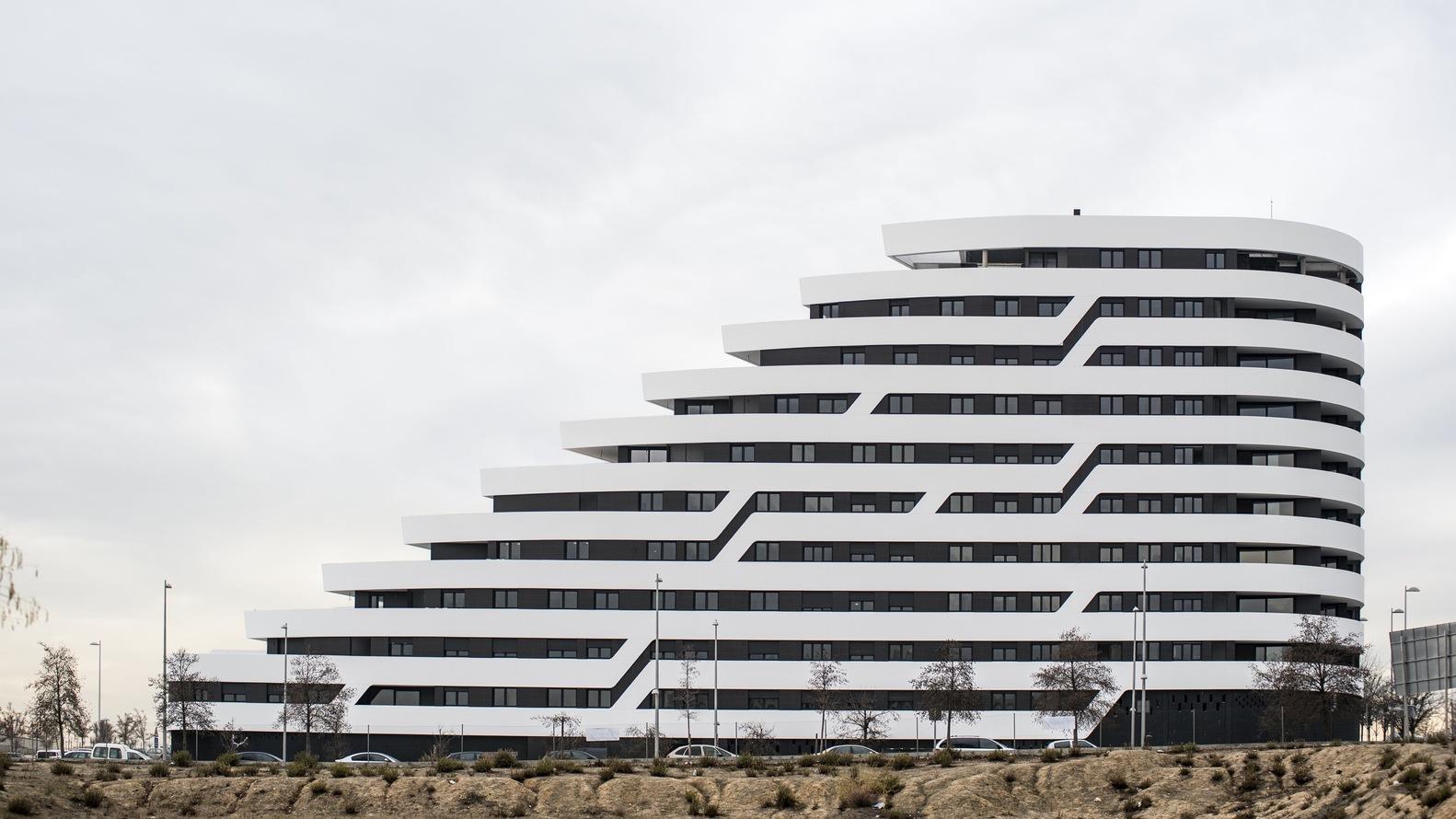 西班牙马德里湖畔露台公寓建筑设计/Morph Studio